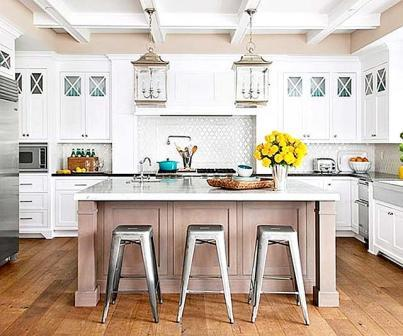 Кухни с островом становятся все больше популярные на дачах и в загородном доме. Это удобно, конечно если позволяют габариты кухни. Но в настоящее время кухню совмещают со столовой и для того, чтобы зонировать площадь и используют остров.